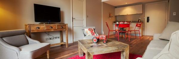 Pezenas-hotel-appart-salon-cuisine-rouge